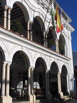 Archivo - Fachada del Ayuntamiento de Almonte.