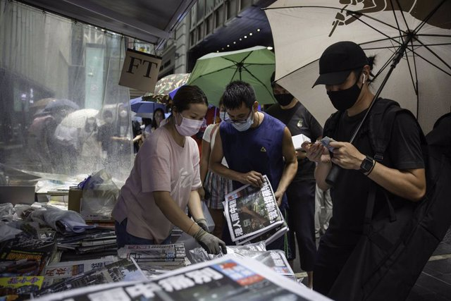24 June 2021, China, Hong Kong: People line up to buy the last edition of the Pro-democracy newspaper Apple Daily at a newsstand in the Central district of Hong Kong. Hong Kong's strong advocate for democracy for 26 years is forced to end its business ton