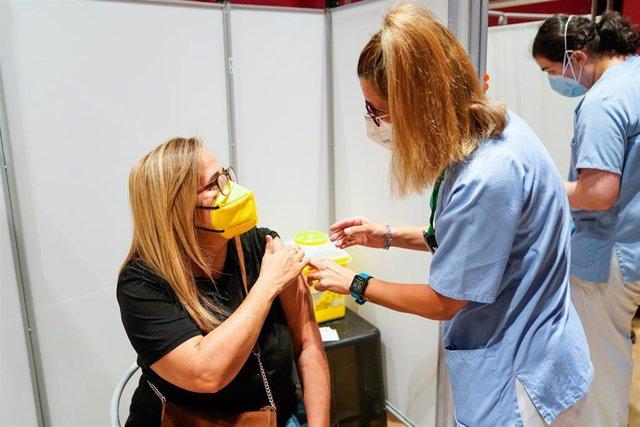 Una mujer recibe la primera dosis de la vacuna de Pfizer-BioNTech contra el Covid-19