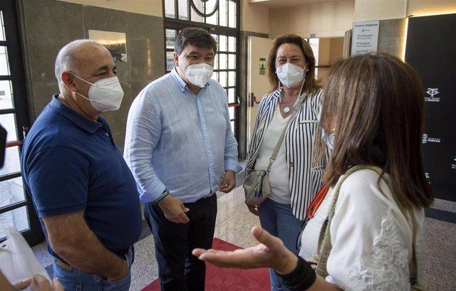 El alcalde de Huelva, Gabriel Cruz, se reúne con trabajadoras de Emlicodensa.