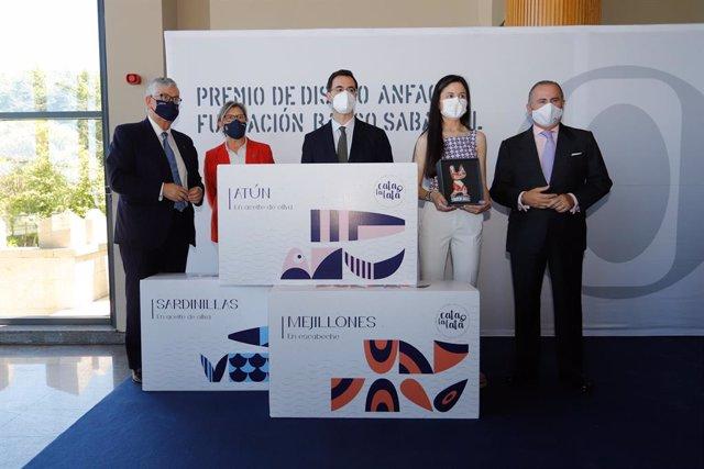 El secretario general de Anfaco, Juan Manuel Vieites, la conselleira do Mar, Rosa Quintan, y la premiada, Laura Campos