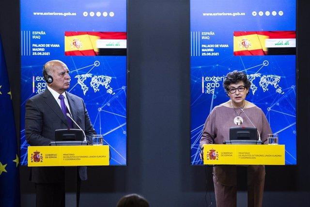 La ministra de Exteriores, Arancha González Laya, interviene en una rueda de prensa con su homólogo iraquí, Fuad Hussein
