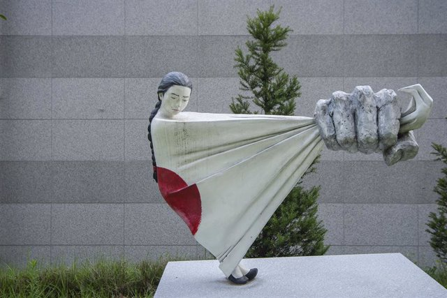 Archivo - 13 August 2019, South Korea, Gwangju: A Sculpture about WWII Japanese military comfort women at Memorial Park of the House of Sharing, one day ahead of the International Memorial Day for Comfort Women. House of sharing is shelter for victims of