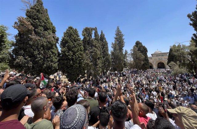 Palestinos salen a la calle para protestar por la muerte de Nizar Banat.