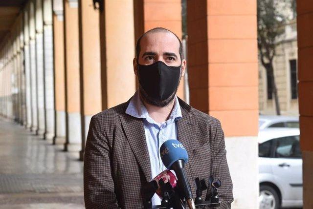Archivo - El secretario de Organización de Podemos Baleares, Alejandro López, en declaraciones a los medios.