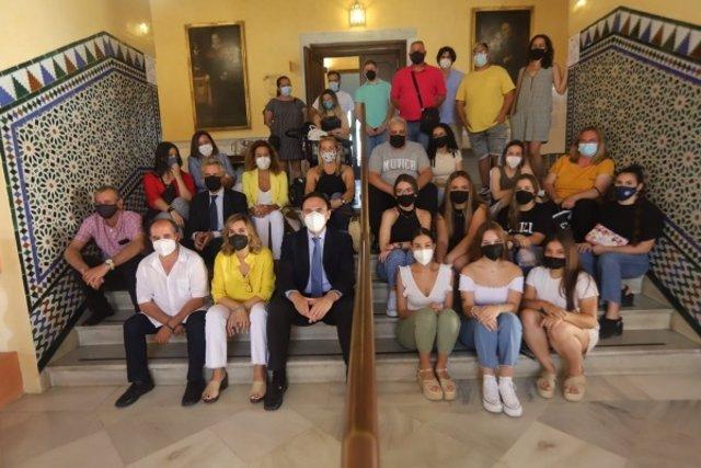 Foto de familia de los asistentes a la reunión de cierre del curso académico.