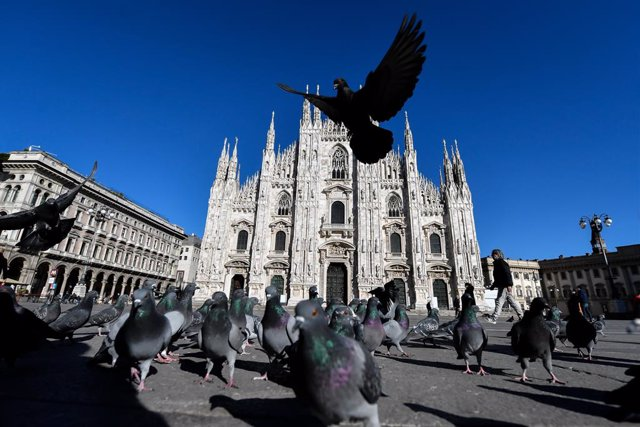 Archivo - 15 March 2021, Italy, Milan: Pigeons gather at the almost deserted Duomo square, on the first day of the newly reimposed restrictions to curb the spreading of coronavirus. Photo: Claudio Furlan/LaPresse via ZUMA Press/dpa