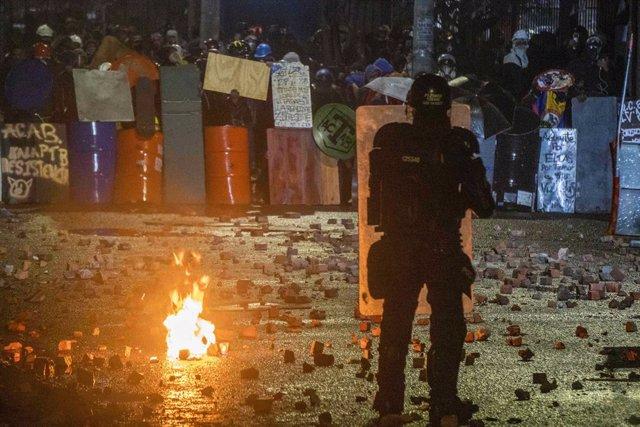 Manifestantes de la conocida como 'Primera Línea' parapetados frente a la Policía, en el marco de las protestas contra el Gobierno que se han venido celebrando en las últimas semanas en Colombia.