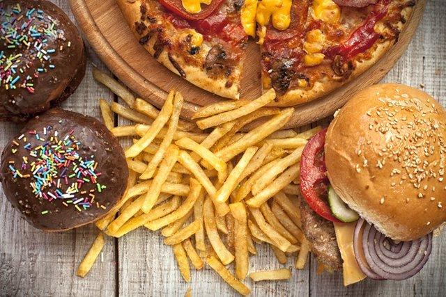 Archivo - Fast food, comida basura, colesterol, hamburguesa, patatas, pizza