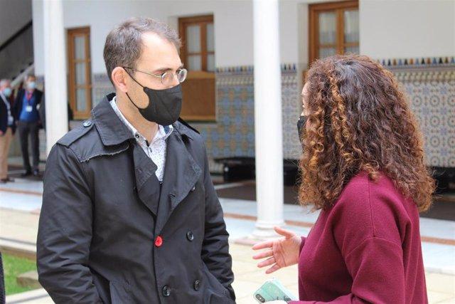 Archivo - El coordinador general de IU Andalucía, Toni Valero, conversa con la portavoz parlamentaria de Adelante Andalucía, Inmaculada Nieto, en una foto de archivo.