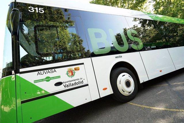 Archivo - Uno de los autobuses de la flota de Auvasa.