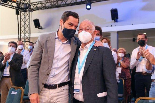 El presidente del PP-A, Juanma Moreno, junto al alcalde de Roquetas de Mar, Gabriel Amat