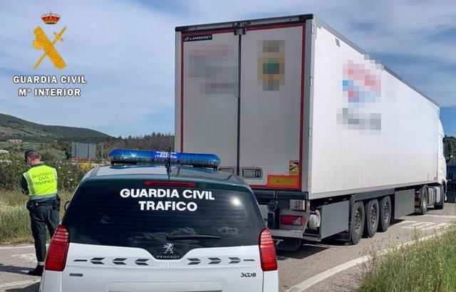 Archivo - La Guardia Civil identifica un camión