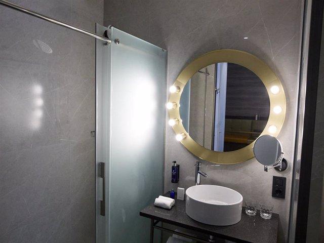 El tocador y lavabo de una de las habitaciones del hotel Pestana CR7