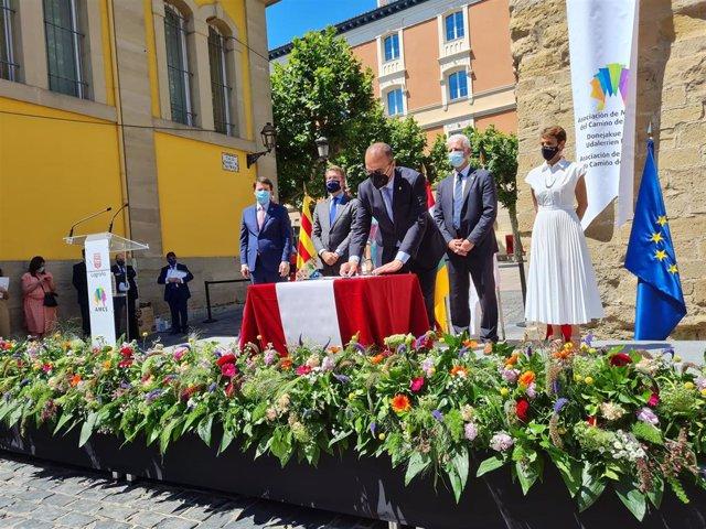 El consejero de Educación, Cultura y Deporte del Gobierno de Aragón, Felipe Faci, firma la Declaración de Cooperación Interregional, en Logroño (La Rioja).