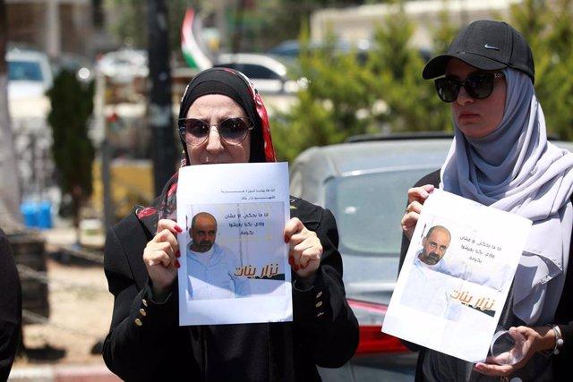 Protestas en Ramala por la muerte del activista y candidato al Parlamento Nizar Banat