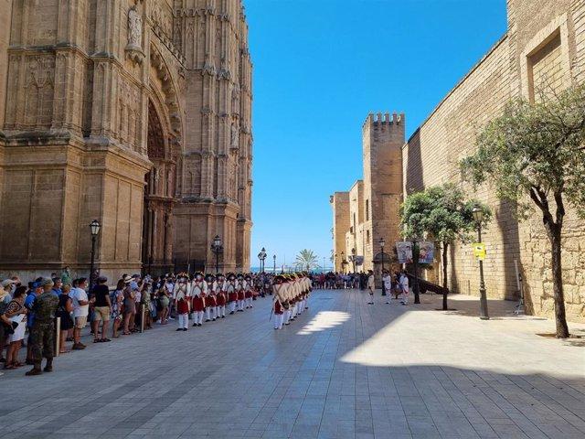 Relevo de la Guardia de Honor del Palacio de la Almudaina.