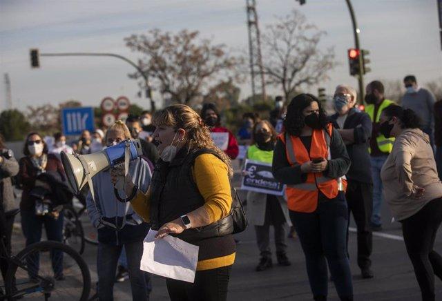 Archivo - Manifestación en el Polígono Sur de Sevilla por los cortes de luz