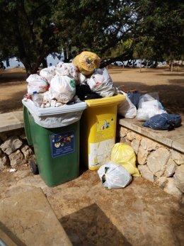 Basuras sobresaliendo de un contenedor en Alcúdia.