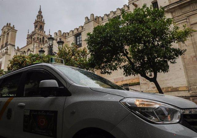 Archivo - Un taxi en la parada de la calle Alemanes