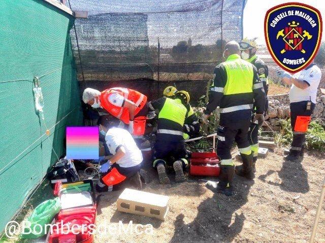 Bomberos de Mallorca rescatan a un menor al que se le ha quedado una pierna atrapada por un monocultor en Sineu (Mallorca).