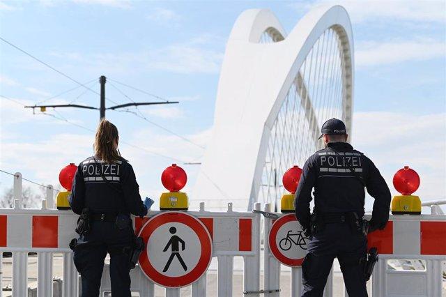 Archivo - Dos agentes de la Policía alemana