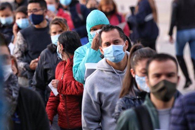 Archivo - Ciudadanos colombianos con mascarilla durante la pandemia de COVID-19