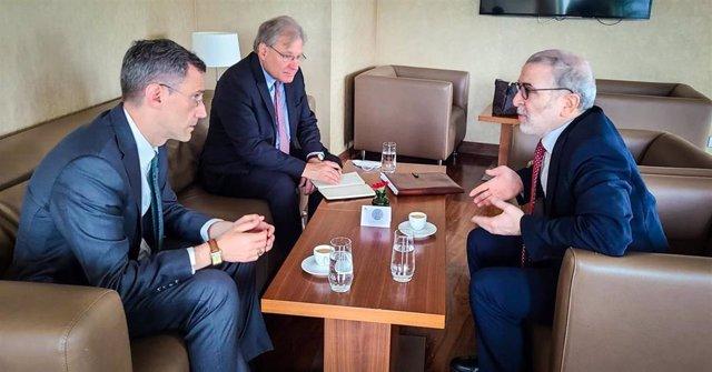 El embajador de EEUU en Libia, Richard Norland, al fondo de la imagen, habla con el presidente de la petrolera estatal libia, Mustafa Sanallah, a la derecha