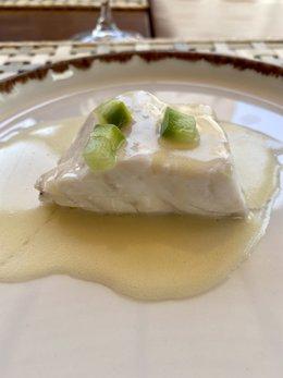 Uno de los platos servidos por Borja Marrero y Braulio Simancas este sábado: una lubina al vapor de cerveza con 'meunière' de mantequilla de oveja, cabra y tunera