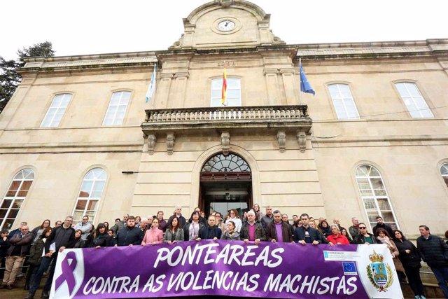 Archivo - Concentración de repulsa por la agresión a una mujer por parte de su exmarido,  un vecino de Ponteareas , para quien el juzgado ha ordenado ingreso en prisión provisional.