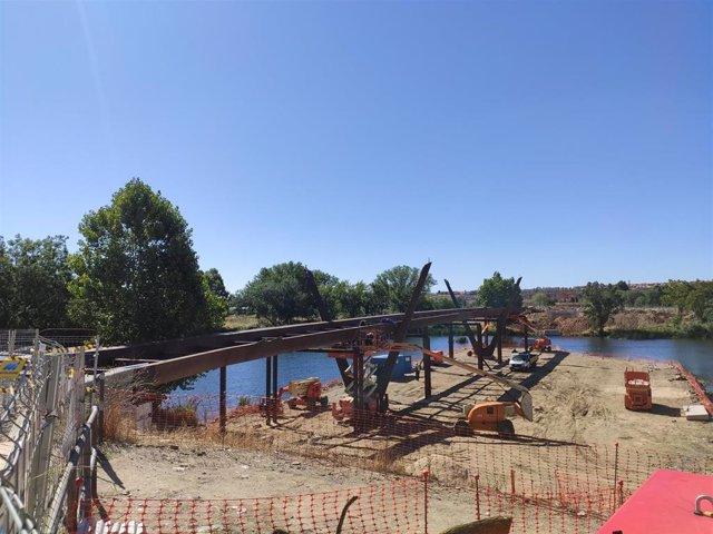 Obras esta semana en la nueva pasarela sobre el río Tormes en Salamanca.