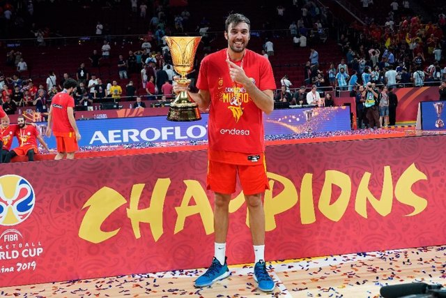 Pierre Oriola con la selección española de baloncesto tras ganar el Mundial de China