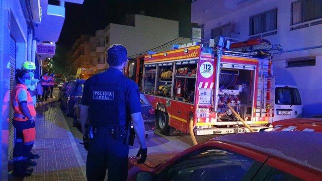 La Policía Local de Sant Antoni, Bomberos y SAMU 061 intervenienen en un incendio en una vivienda en esta localidad ibicenca.