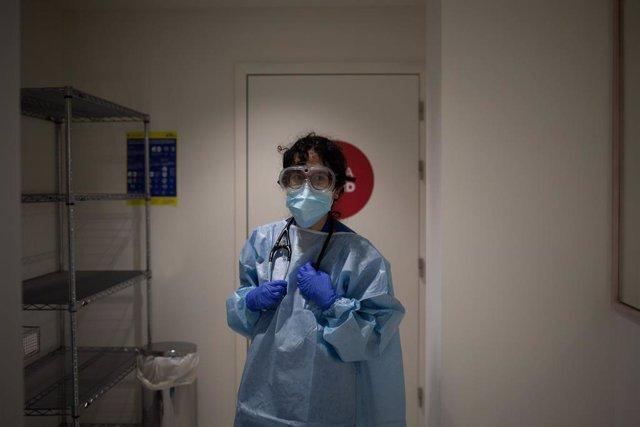 Archivo - Una mujer se somete a una prueba PCR en el edificio Garbí-Vall de Hebrón, en Barcelona