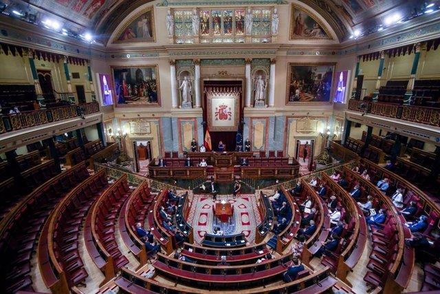 Plano picado de vista general del acto en recuerdo y homenaje a las víctimas del terrorismo, en el Salón de Sesiones del Congreso de los Diputados, a 27 de junio de 2021.