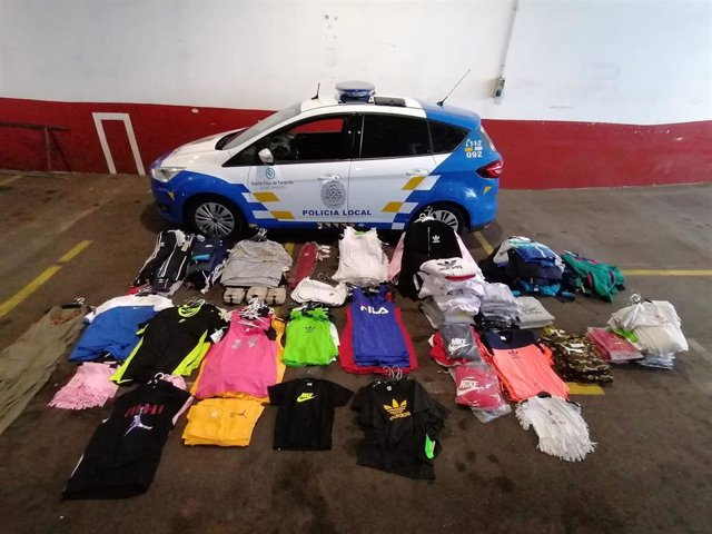 Prendas intervenidas por la Policía Local de Santa Cruz de Tenerife en un puesto del Rastro