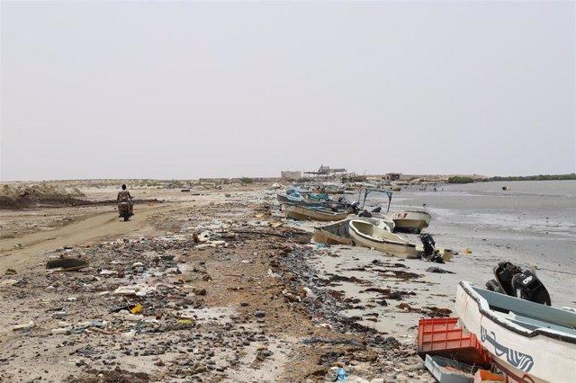 Archivo - Botes de pesca destruidos en las costas de la provincia de Hajjah, en Yemen