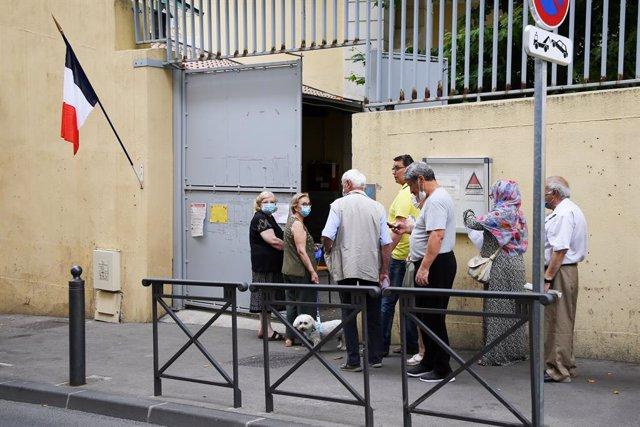 Votants en un col·legi electoral a França