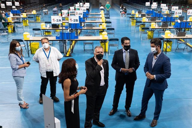 El presidente de Canarias, Ángel Víctor Torres, visita el centro de vacunación masiva del Santiago Martín