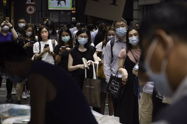Gent a Hong Kong fent cua per comprar l'última edició d'Apple Daily