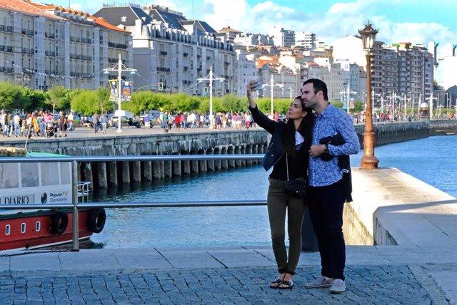 Archivo - Turistas en Santander, turismo (archivo)