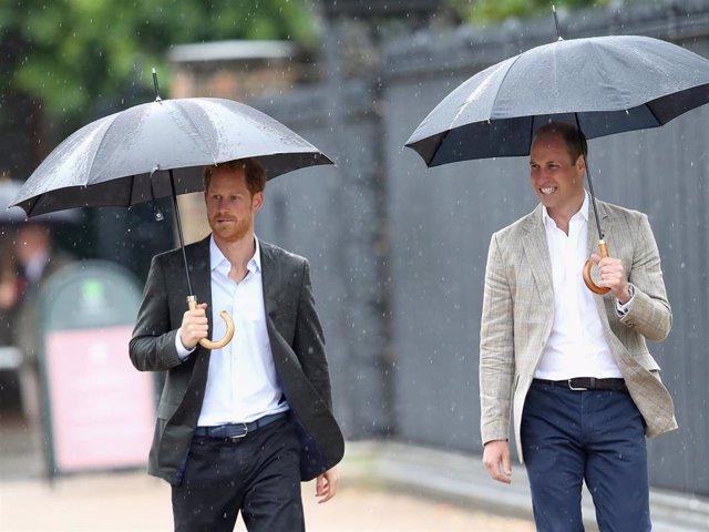 Archivo - Los Príncipes William y Harry, en una imagen de archivo