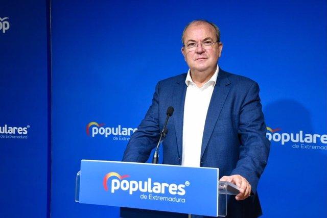 Archivo - El presidente del PP de Extremadura, José Antonio Monago, en rueda de prensa