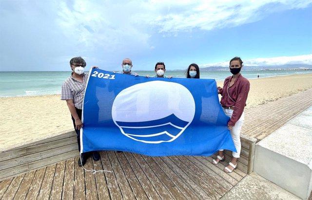 Izado de la bandera azul en la Playa de Palma.