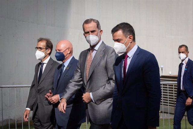 El Rey Felipe VI (2d), y el presidente del Gobierno, Pedro Sánchez (d), conversan a su llegada a la primera jornada de la XIV edición del Mobile World Congress (MWC 2021) en el  recinto Gran Via de Fira de Barcelona, en L'Hospitalet de Llobregat, Barcelon