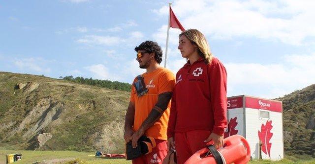 Socorristas en una playa de Bizkaia con bandera roja.