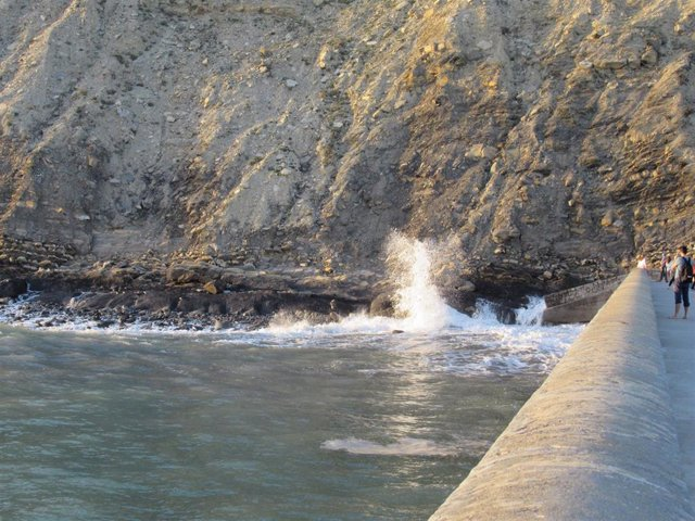 Archivo - Olas en la costa vizcaína