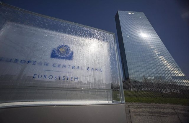 Archivo - FILED - 19 March 2020, Hessen, Frankfurt_Main: Droplets of water are seen on the glass of the welcome sign in front of the headquarters of the European Central Bank (ECB). The ECB left its emergency monetary plan on hold on Thursday as it begins