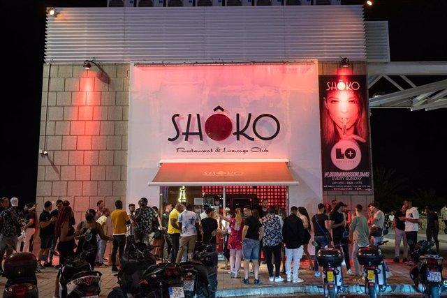 Jóvenes hacen cola para entrar a la discoteca Shoko, a 27 de junio de 2021, en Barcelona, Catalunya (España).