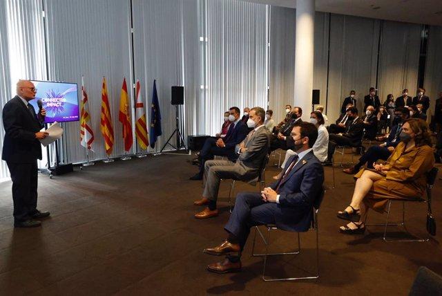 El conseller delegat de la GSMA, John Hoffmann, en la conferència inaugural del MWC amb el rei Felip VI; el president del Govern espanyol, Pedro Sánchez; el de la Generalitat, Pere Aragonès; l'alcaldessa de Barcelona, Ada Colau, i altres autoritats.